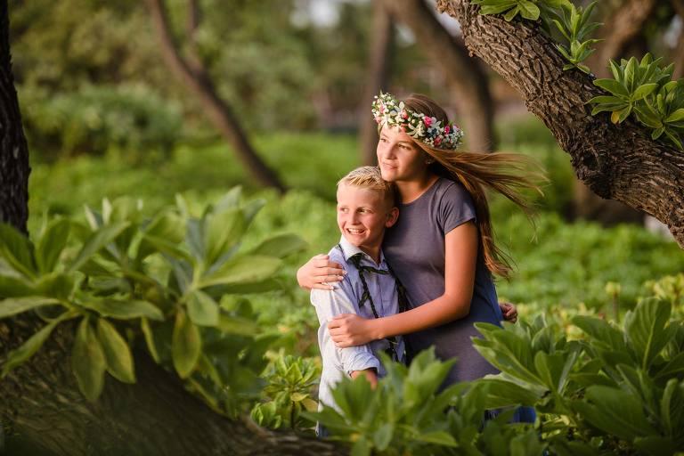 kids hugging in hawaii
